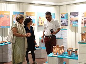 Coppre designer Rashmi Ranade with chief guest Arti Kirloskar