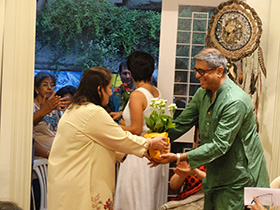 Mahesh Dattani is felicitated by Gyaan Adab trustee, Naseema Merchant