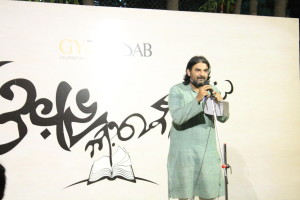 Chandu, the head organiser of Pune Poetry Slam introduces the evening.